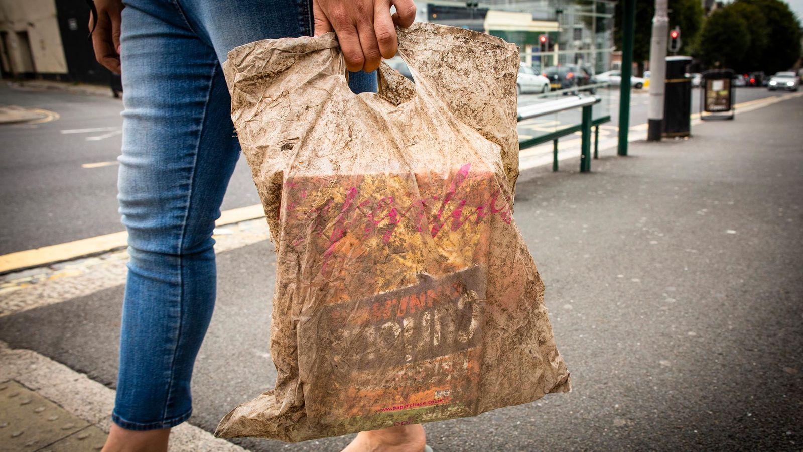 Sacola plástica enterrada no solo por três anos ainda pôde aguentar o peso das compras.