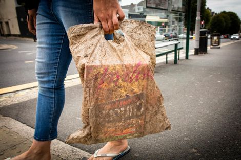 Sacolas biodegradáveis enterradas por três anos ainda servem para uso