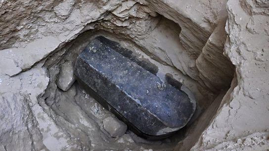 A descoberta de um sarcófago de granito pesando 30 toneladas, com cerca de 2 mil anos, ...