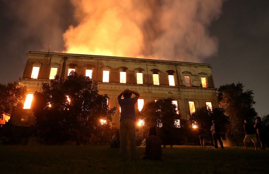 Pessoas se desesperam enquanto observam o Museu Nacional queimar no Rio de Janeiro em 2 de ...