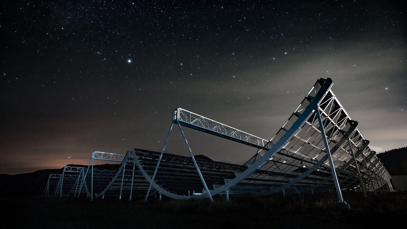 Estrelas pairam sobre o telescópio Canadian Hydrogen Intensity Mapping Experiment, ou CHIME, no Observatório Astrofísico de ...