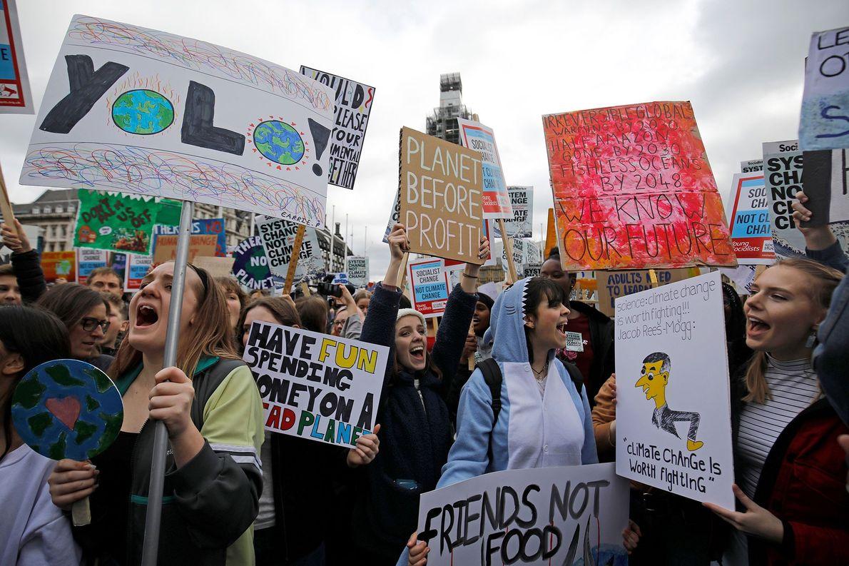 Jovens manifestantes participam de um evento #YouthStrike4Climate do movimento #SextasPeloFuturo em frente ao Parlamento, em Londres, ...