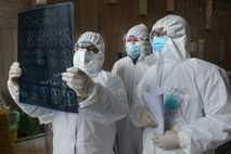 Médicos analisam um exame de tomografia do pulmão em um hospital no condado de Yunmeng, na ...