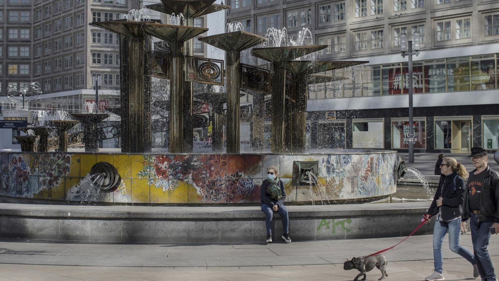 Alexanderplatz, uma grande praça pública no centro de Berlim, quase deserta na terça-feira, 21 de abril ...