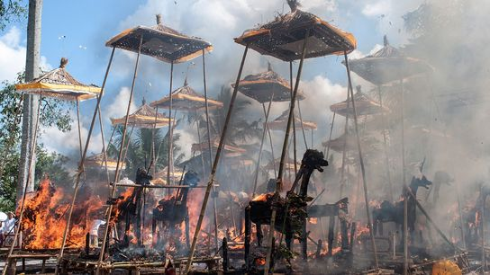 Estruturas em chamas durante um evento tradicional hindu de cremação em massa, em 18 de agosto ...