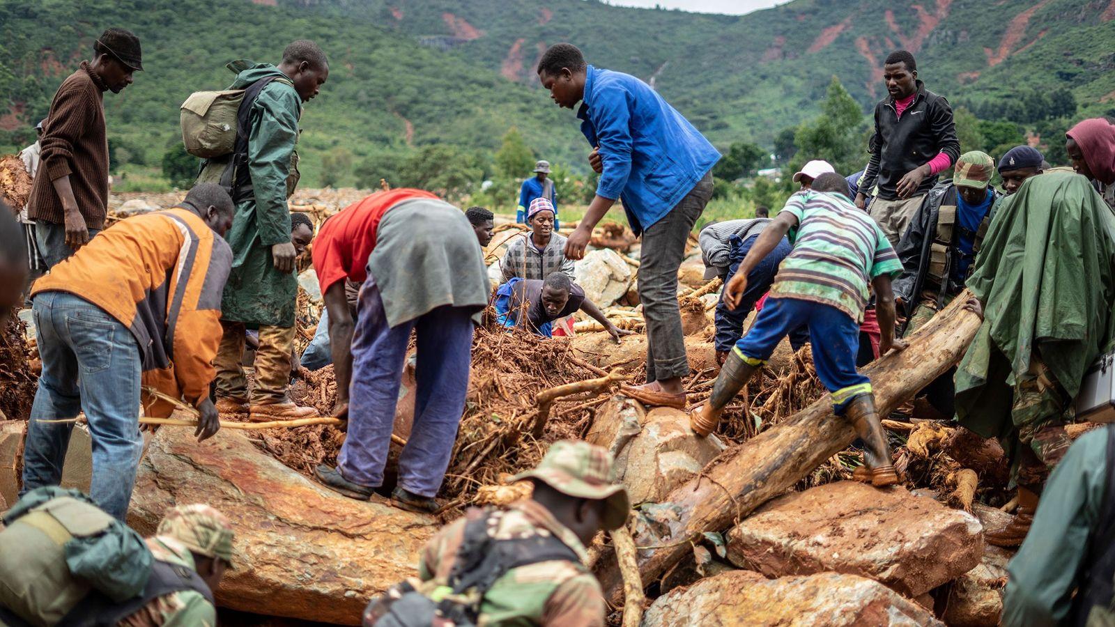 Pessoas buscam por sobreviventes na região leste do Zimbábue.