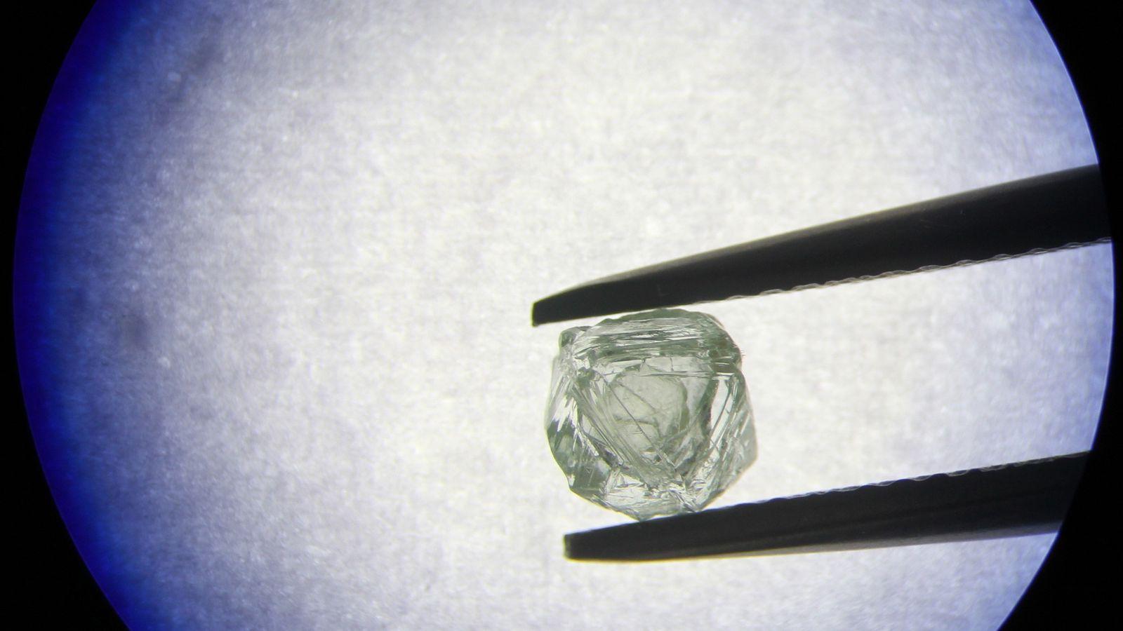 Em fenômeno inédito, diamante recém-encontrado chacoalha livremente no interior de outro diamante maior. Os cientistas estão ...