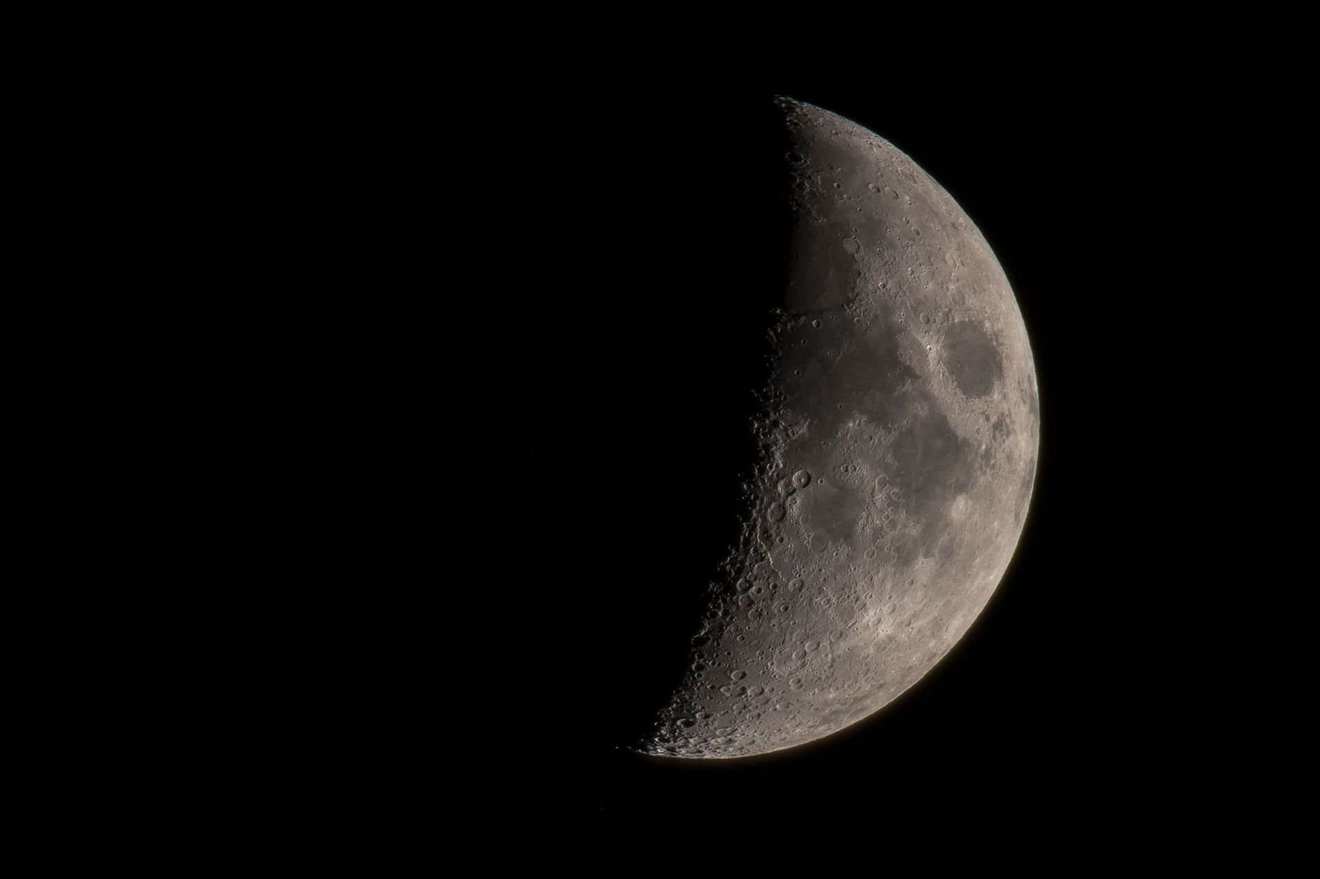 Uma imagem da lua vista de um telescópio revela as várias crateras bem preservadas e planícies ...