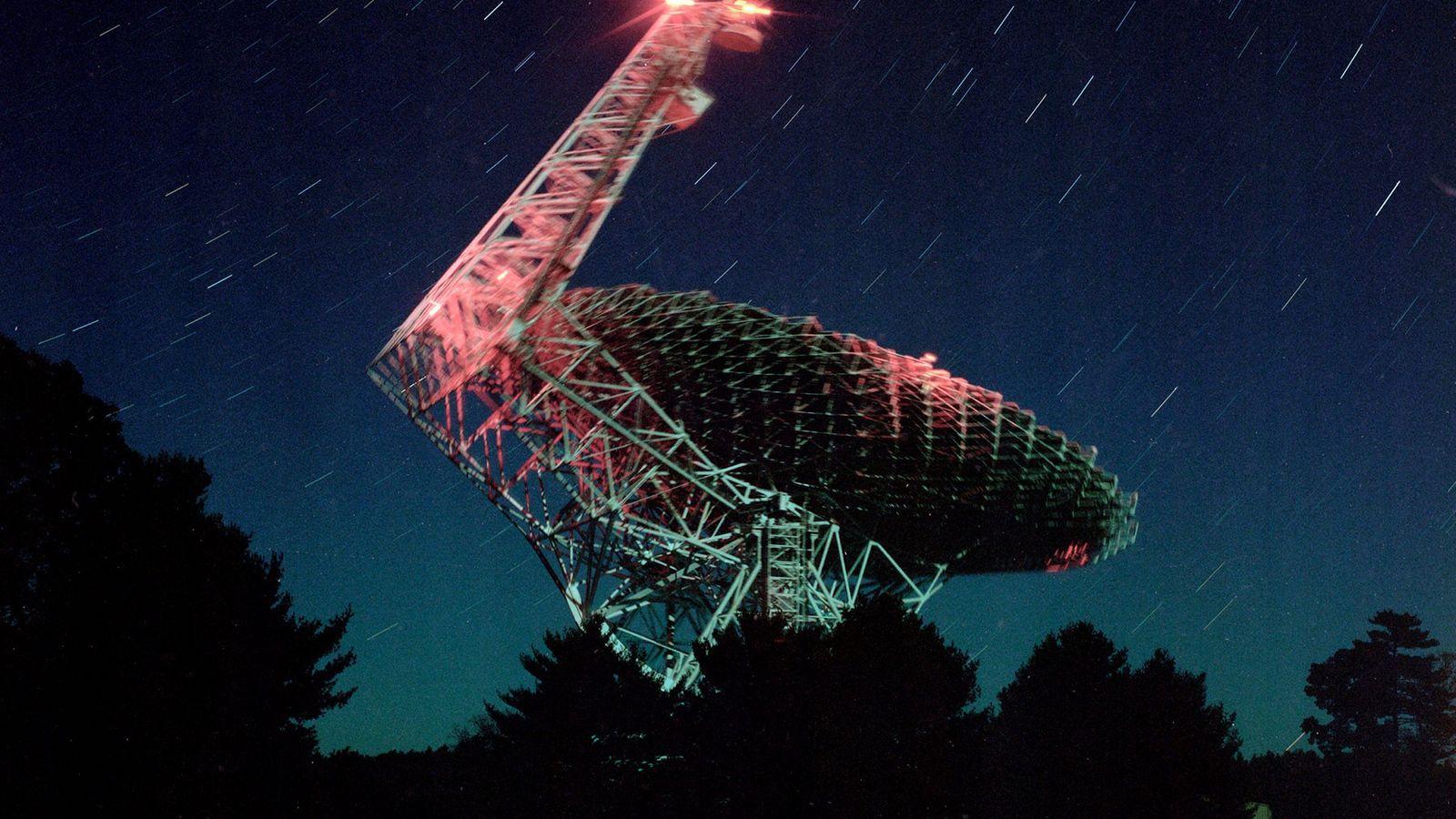 """O Telescópio de Green Bank, normalmente chamado pelos locais de """"a grande estrutura"""", é o maior ..."""