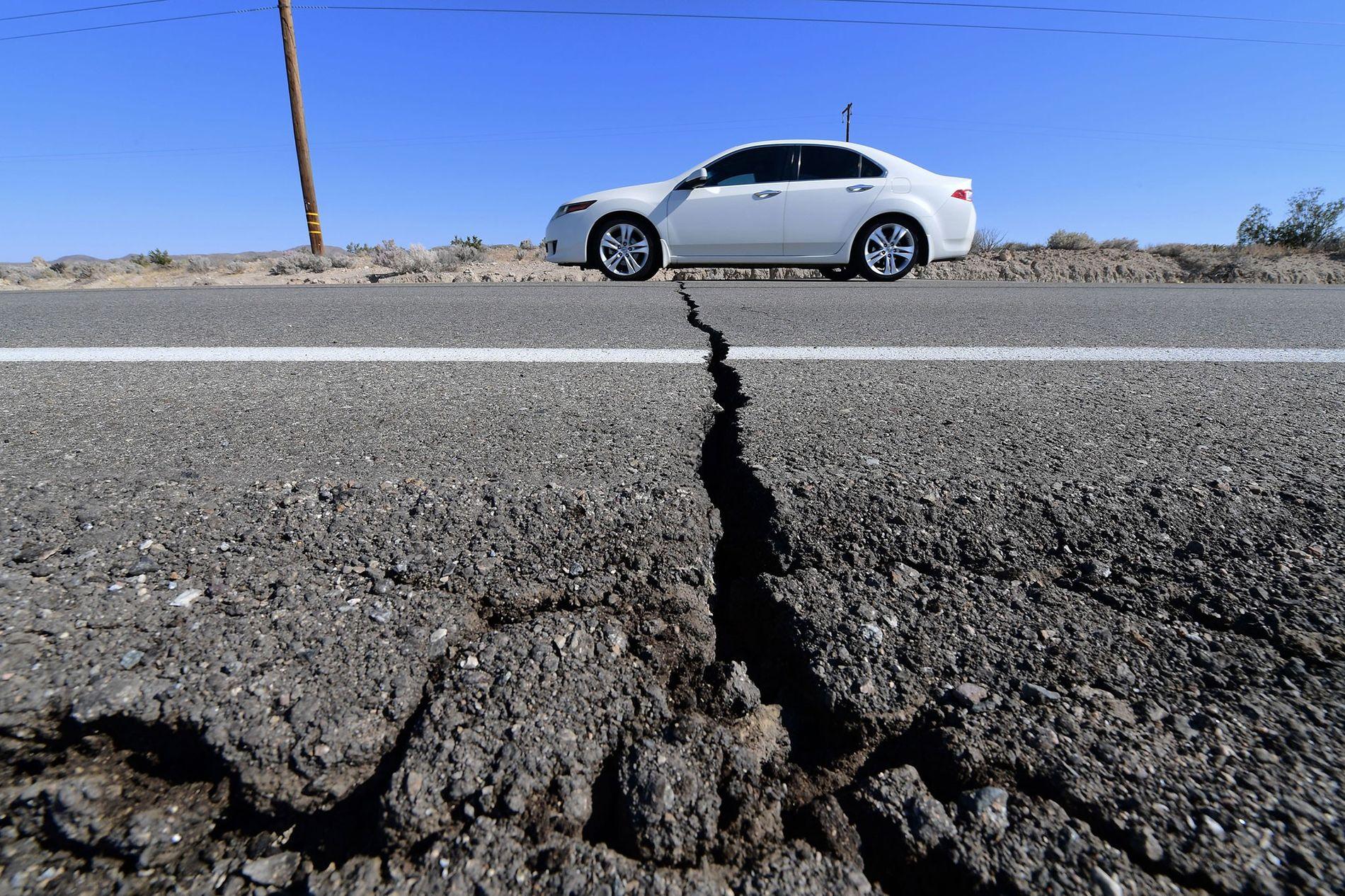 Uma rachadura na rodovia 178 apareceu depois que um terremoto de magnitude 6,4 atingiu Ridgecrest, Califórnia, em 4 de julho de 2019. Um catálogo altamente detalhado de terremotos no sul da Califórnia está ajudando os geólogos a resolverem um mistério de longa data sobre a sequência de eventos que precede um terremoto.