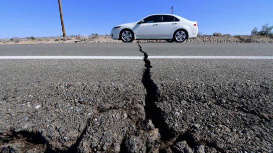 Uma rachadura na rodovia 178 apareceu depois que um terremoto de magnitude 6,4 atingiu Ridgecrest, Califórnia, ...