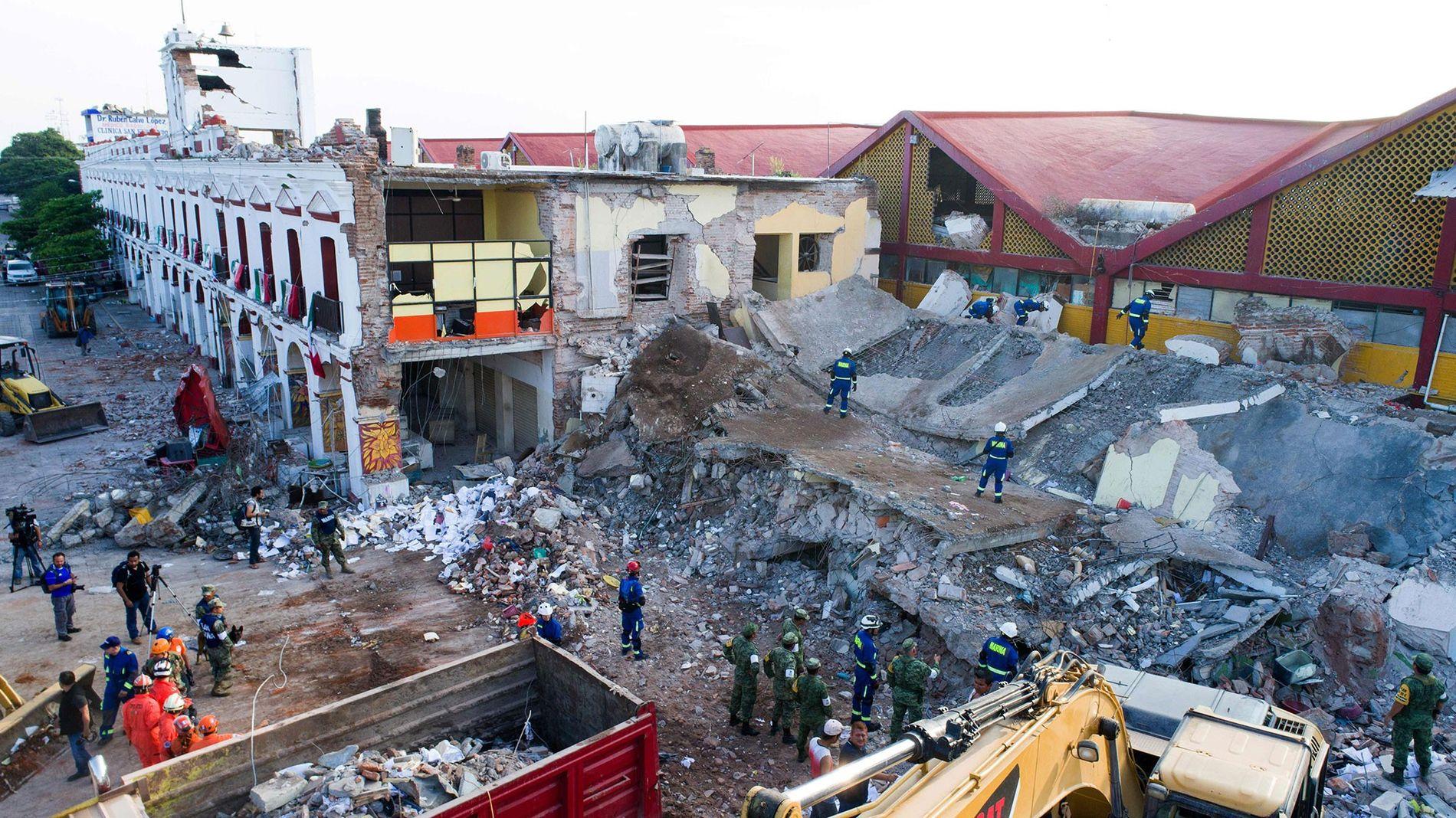 Prédios envoltos em escombros após um forte terremoto ocorrido em setembro de 2017, que devastou a costa sul do México.
