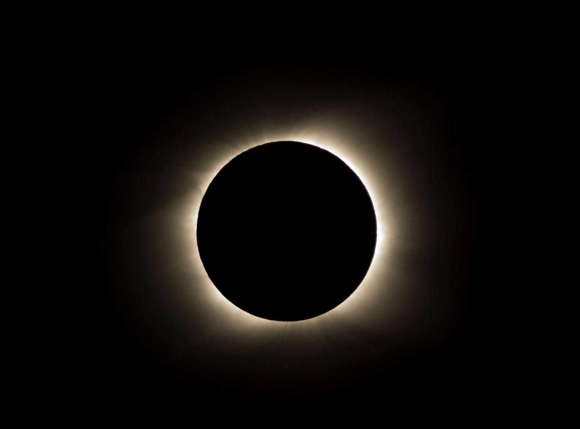 No Brasil, a ocultação do Sol poderá variar entre 9% e 60%. Quanto mais ao sul do país, melhor a visualização do eclipse .