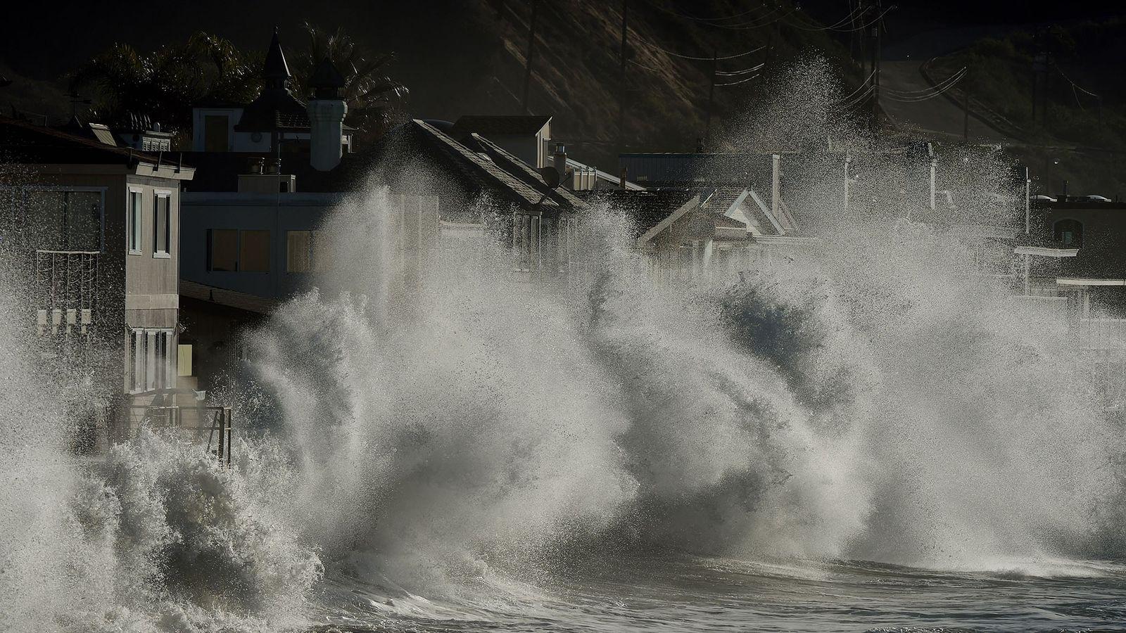Ondas de tempestade atingem as casas litorâneas de Mondos Beach, na Califórnia, em 12 de janeiro ...