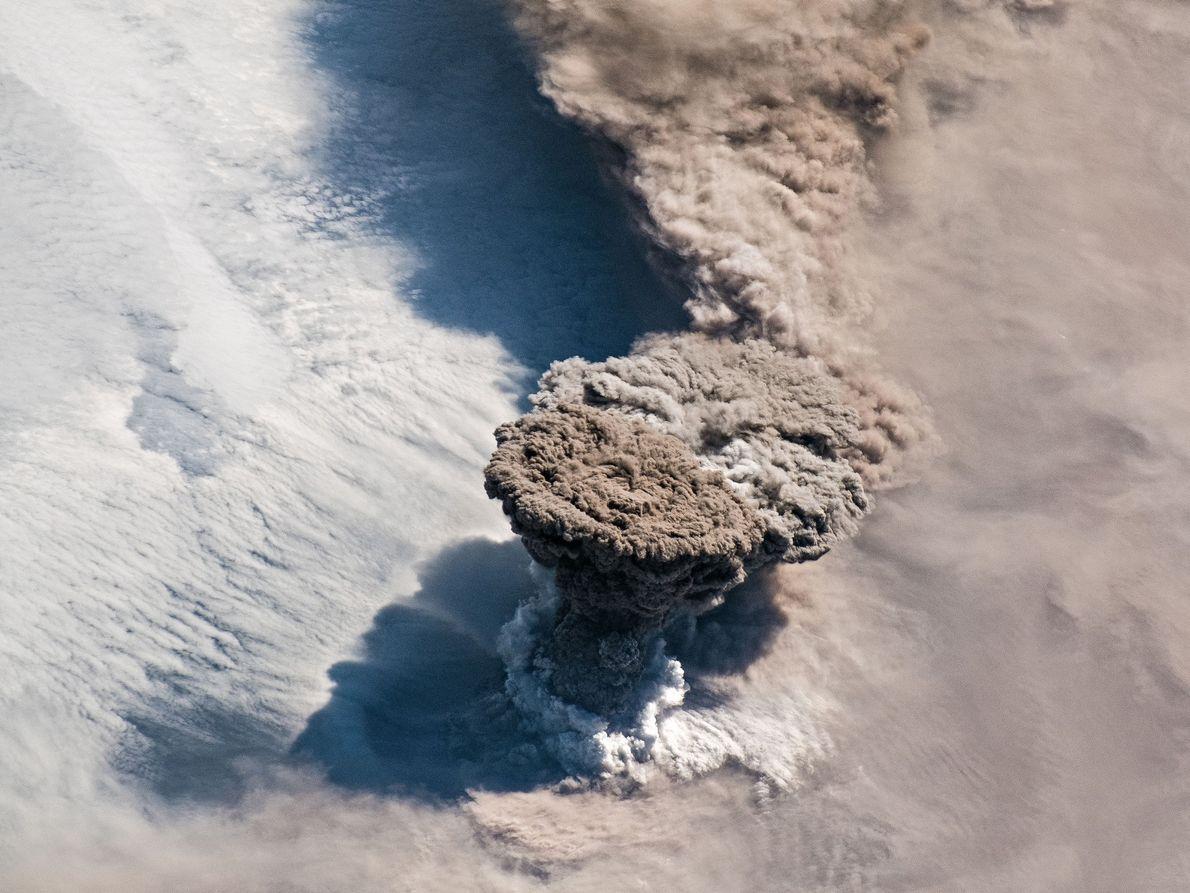 Em 22 de junho de 2019, o vulcão Raikokoe entrou em erupção, disparando uma coluna imensa ...