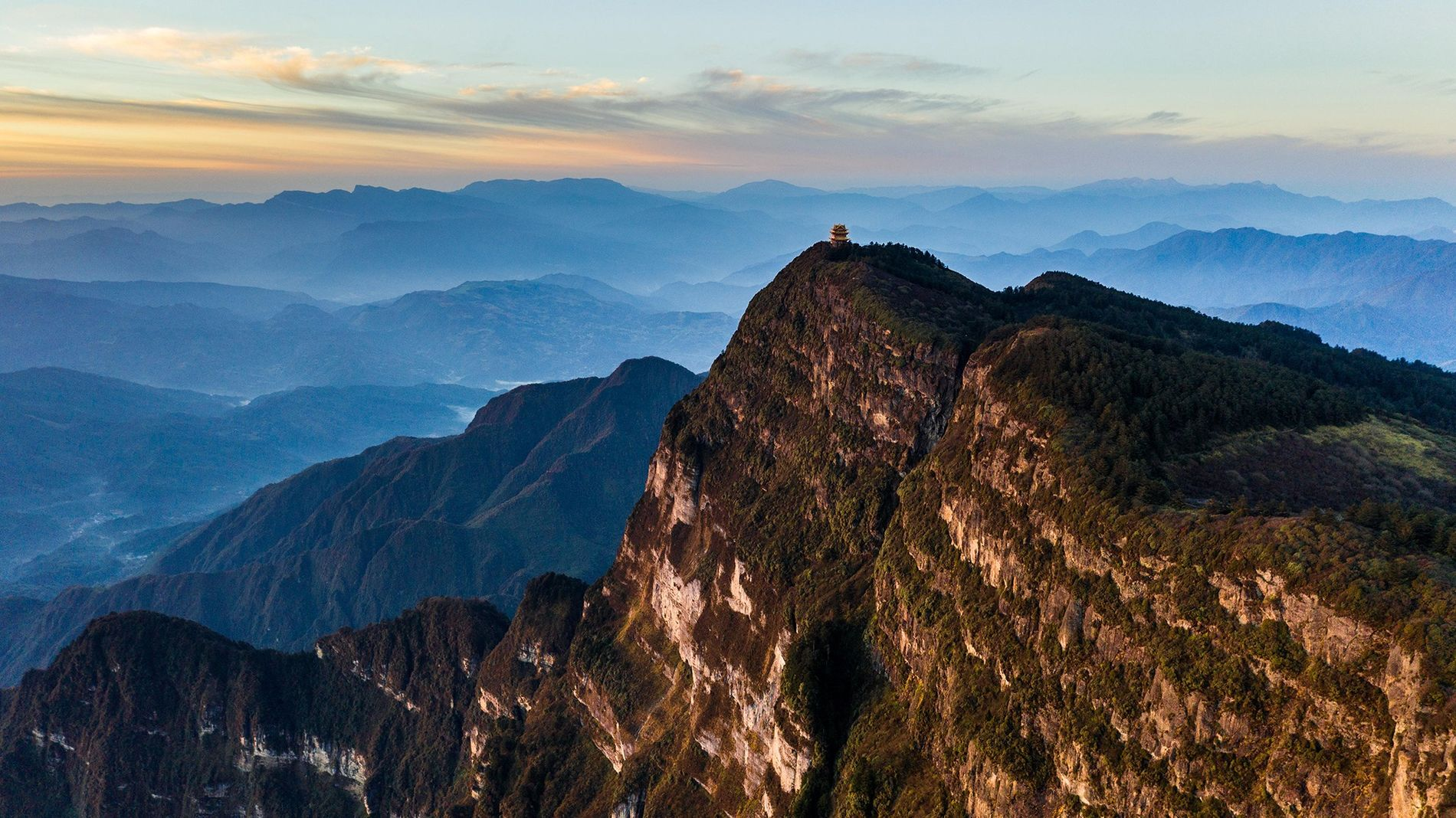 Um templo sobre o Monte Emei, na província de Sichuan, China. A paisagem ao redor possui ...