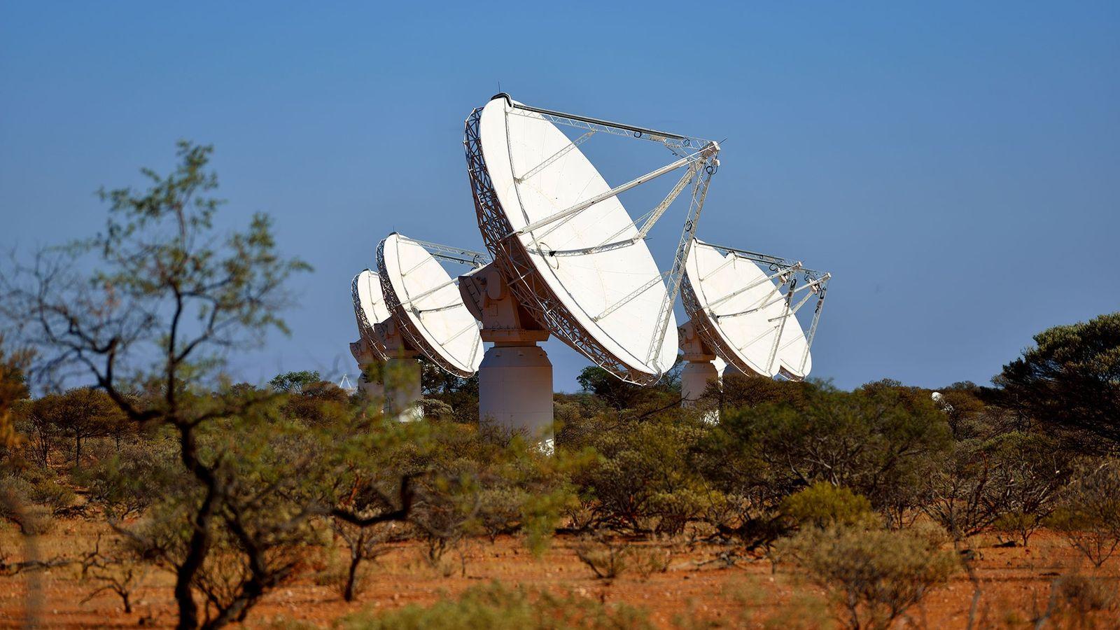 As várias antenas parabólicas de rádio do radiotelescópio Australian Square Kilometre Array Pathfinder, algumas das quais ...