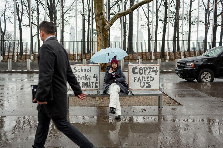Alexandria Villasenor, com 13 anos, falta às aulas às sextas-feiras para fazer greve em protesto às ...