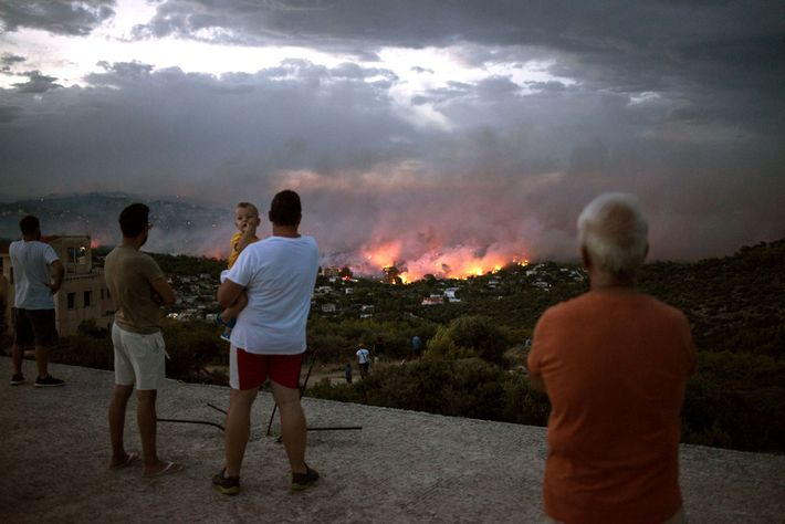 Um incêndio florestal queima próximo à cidade de Rafina, perto de Atenas, Grécia, em 23 de ...
