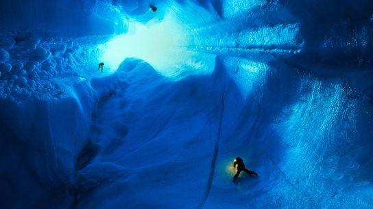 Escaladores descem muitas centenas de metros em direção a um manto de gelo na Groenlândia, onde ...