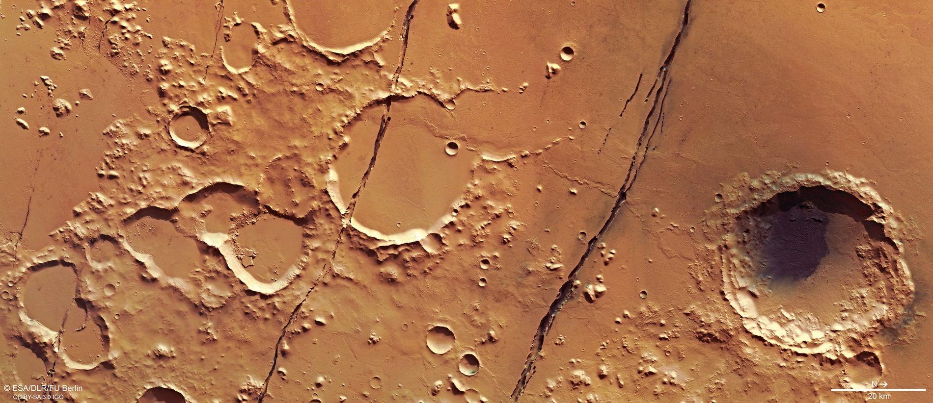 Várias fraturas profundas cortam a superfície repleta de crateras de Marte nesta imagem, tirada em janeiro ...