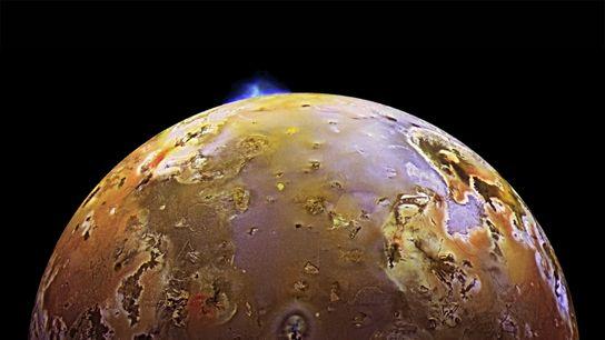 Uma pluma vulcânica irrompe na superfície de Io, a terceira maior lua de Júpiter e o ...