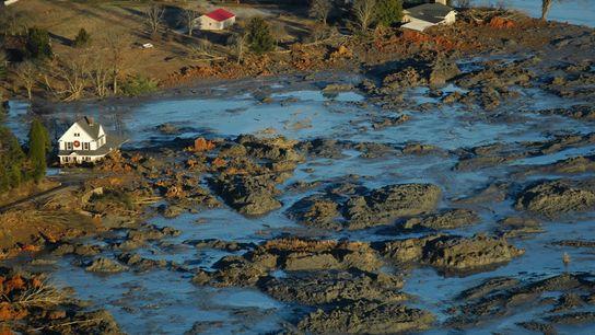 Quando um dique de uma lagoa de cinzas de carvão se rompeu na Usina de Combustíveis ...