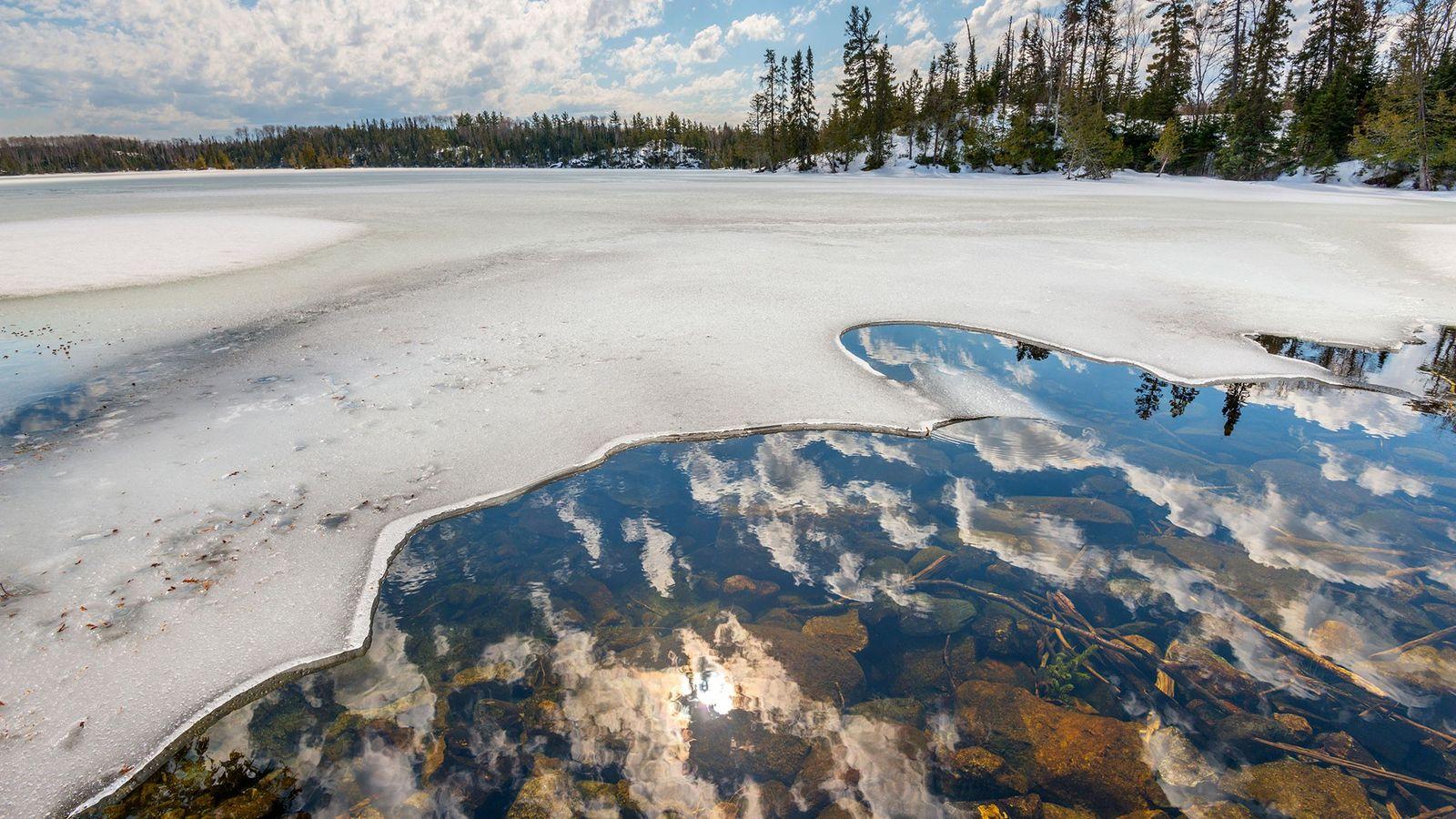 Um lago em derretimento na Floresta Nacional Superior em Minnesota.