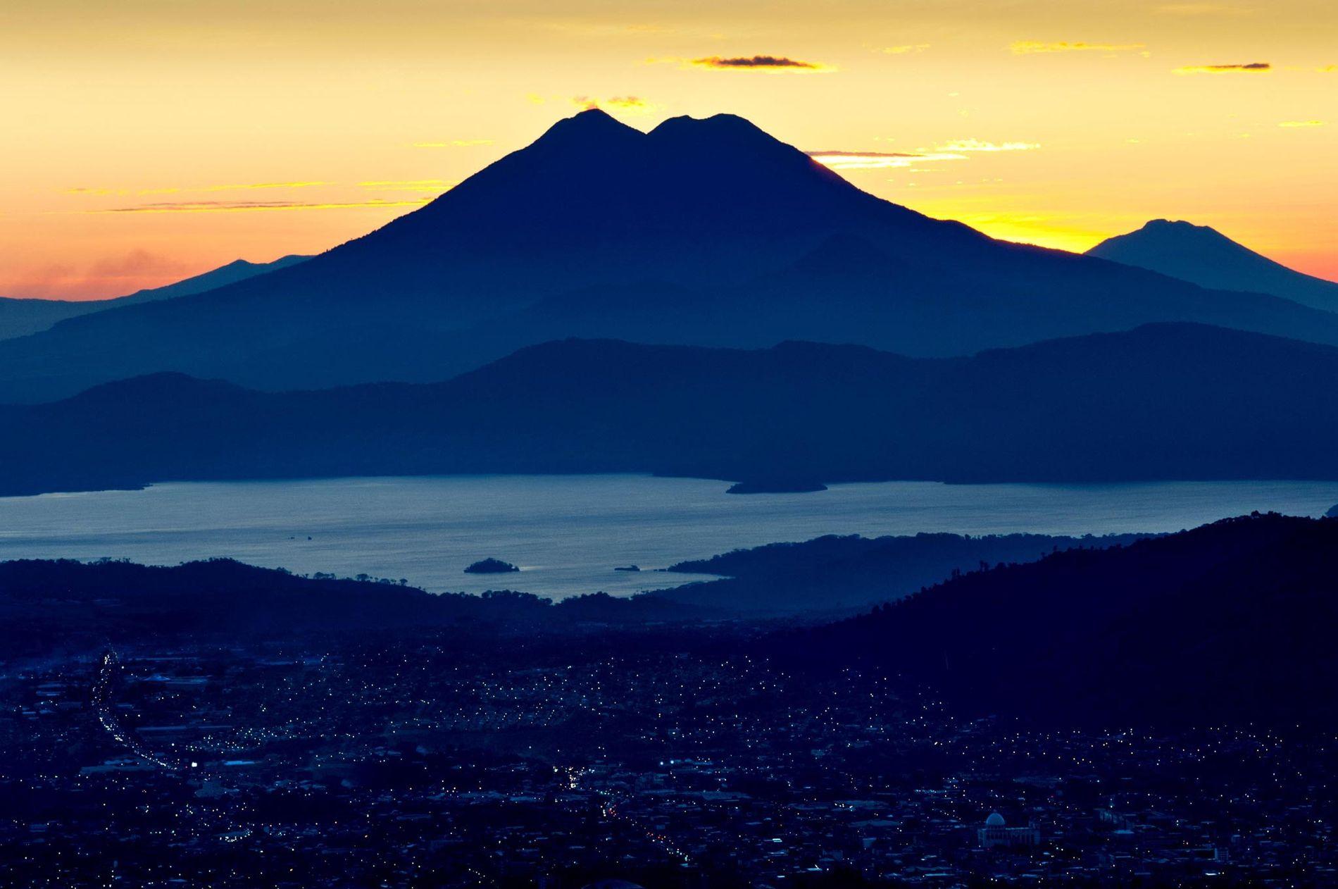 O tranquilo Lago de Ilopango é a caldeira do complexo vulcânico do Ilopango, que produziu, no ...