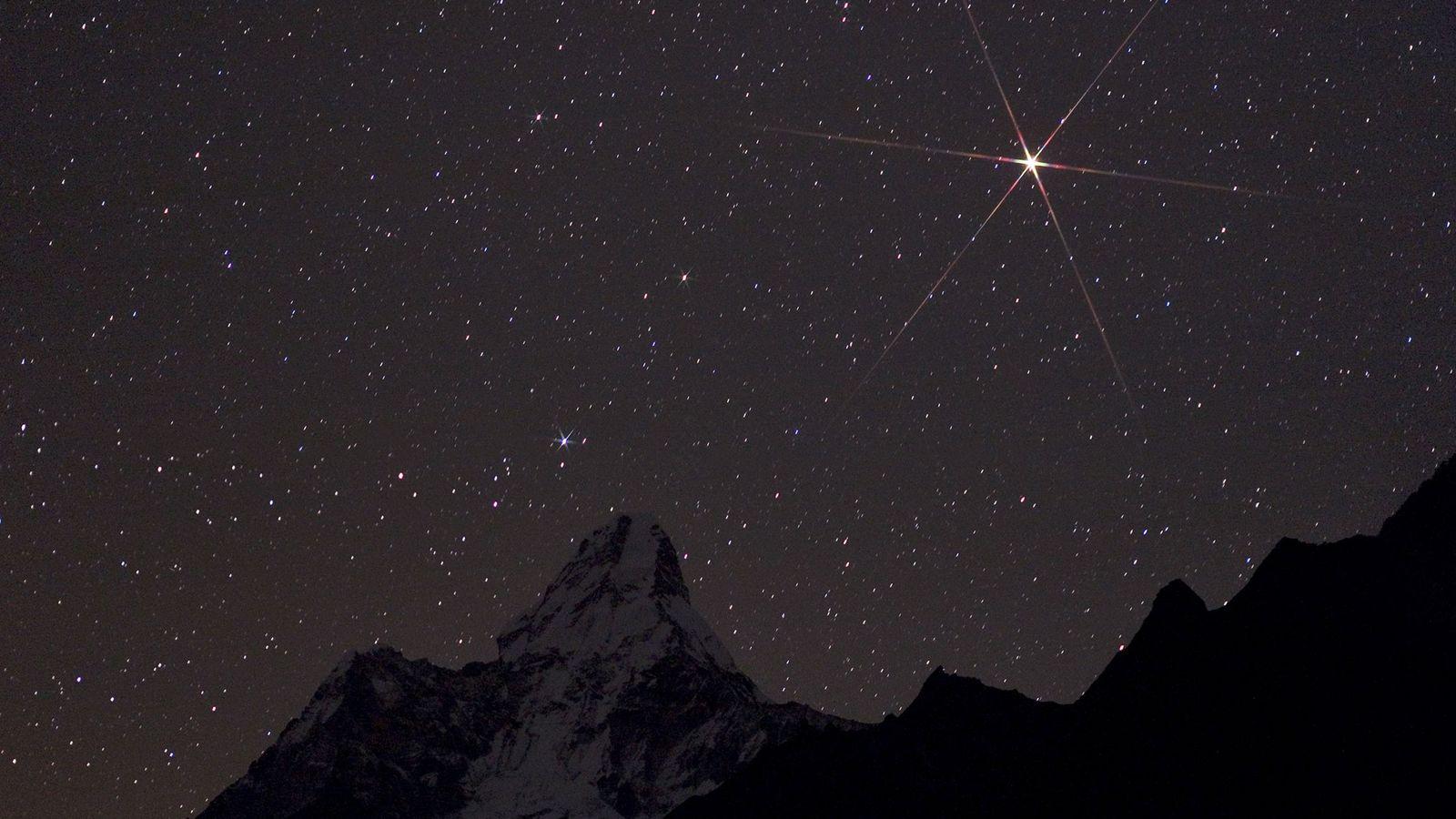 Marte brilhante nasce sobre o Parque Nacional de Sagarmatha, no Nepal.
