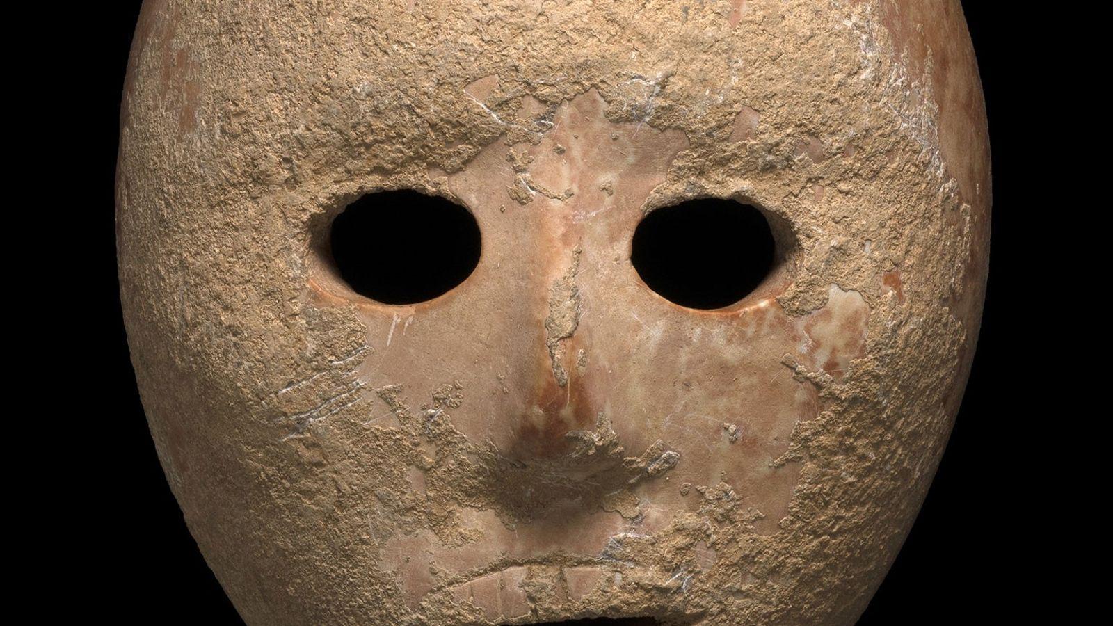 Esta máscara de calcário que data de 9 mil anos foi recentemente descoberta pelas autoridades de ...