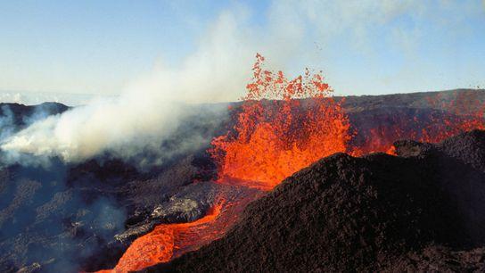 Erupção de lava do Mauna Loa no Havaí, que volta a deter o título de maior ...