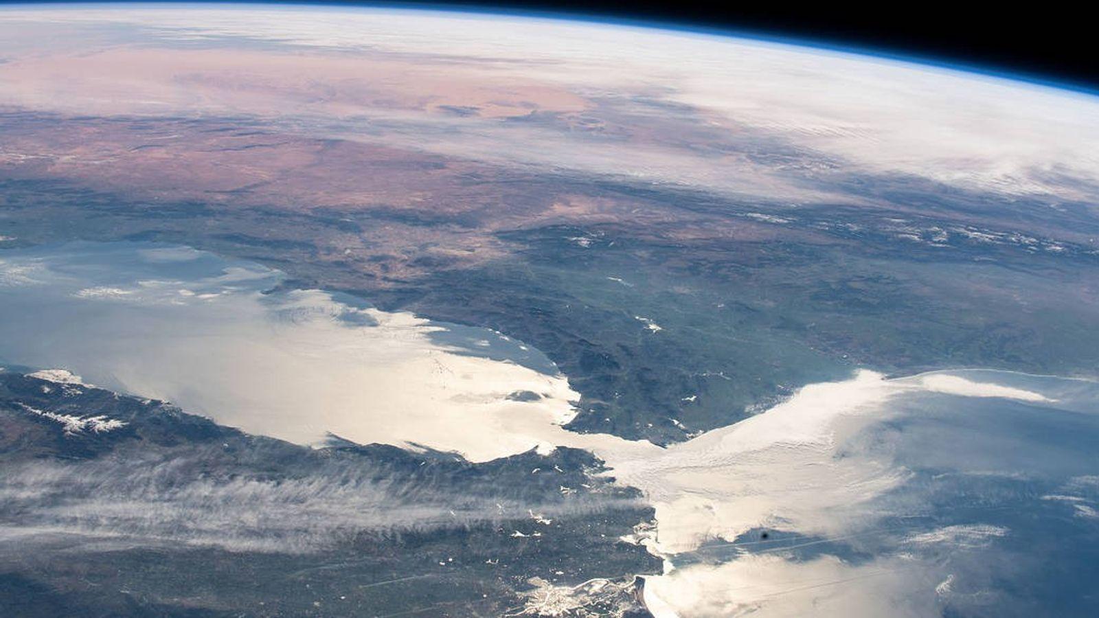 A única conexão do mar Mediterrâneo com os oceanos do mundo se dá por uma estreita ...