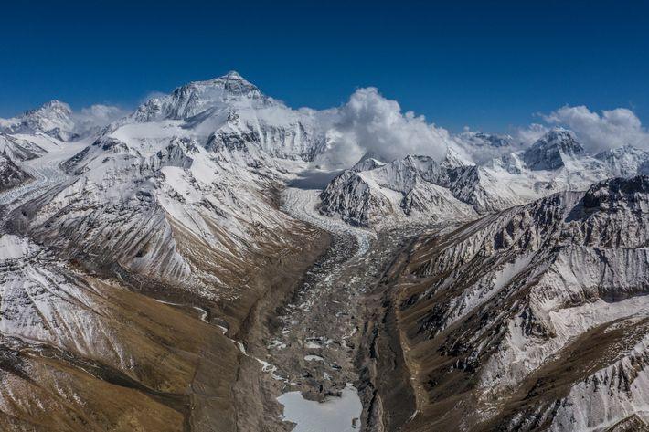 Vista do Acampamento base da face norte do Everest mostra os acessos aos acampamentos mais elevados ...