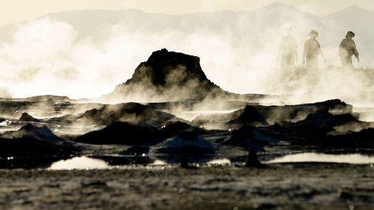 Nuvens de vapor são exaladas de poças de lama escaldante próximas às margens do Lago Salton, ...