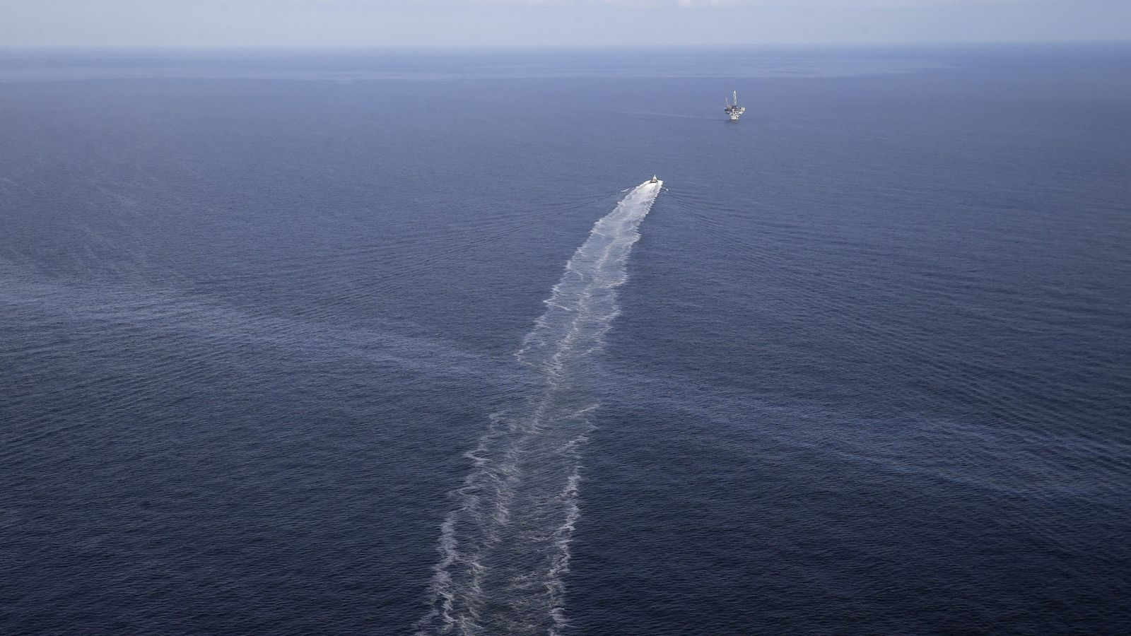 Foto de 31 de março de 2015 mostra o rastro de uma embarcação cruzando uma mancha ...
