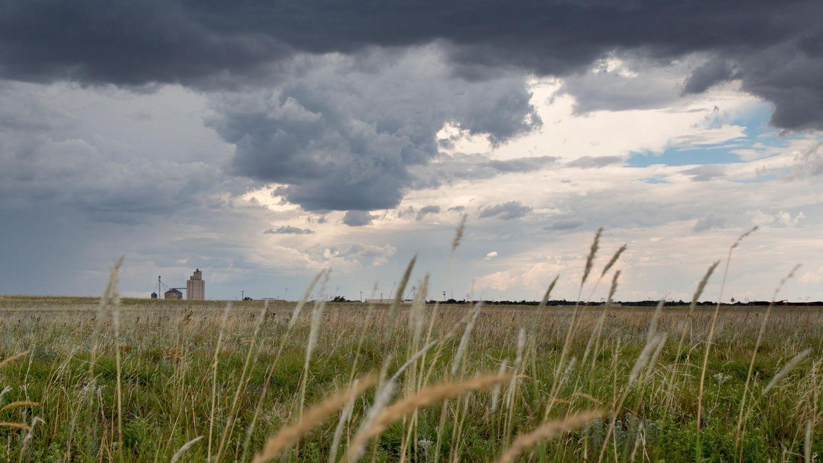 Nuvens de tempestade pairam sobre um campo em Oklahoma. Geólogos estão perseguindo um sinal incomum em ...
