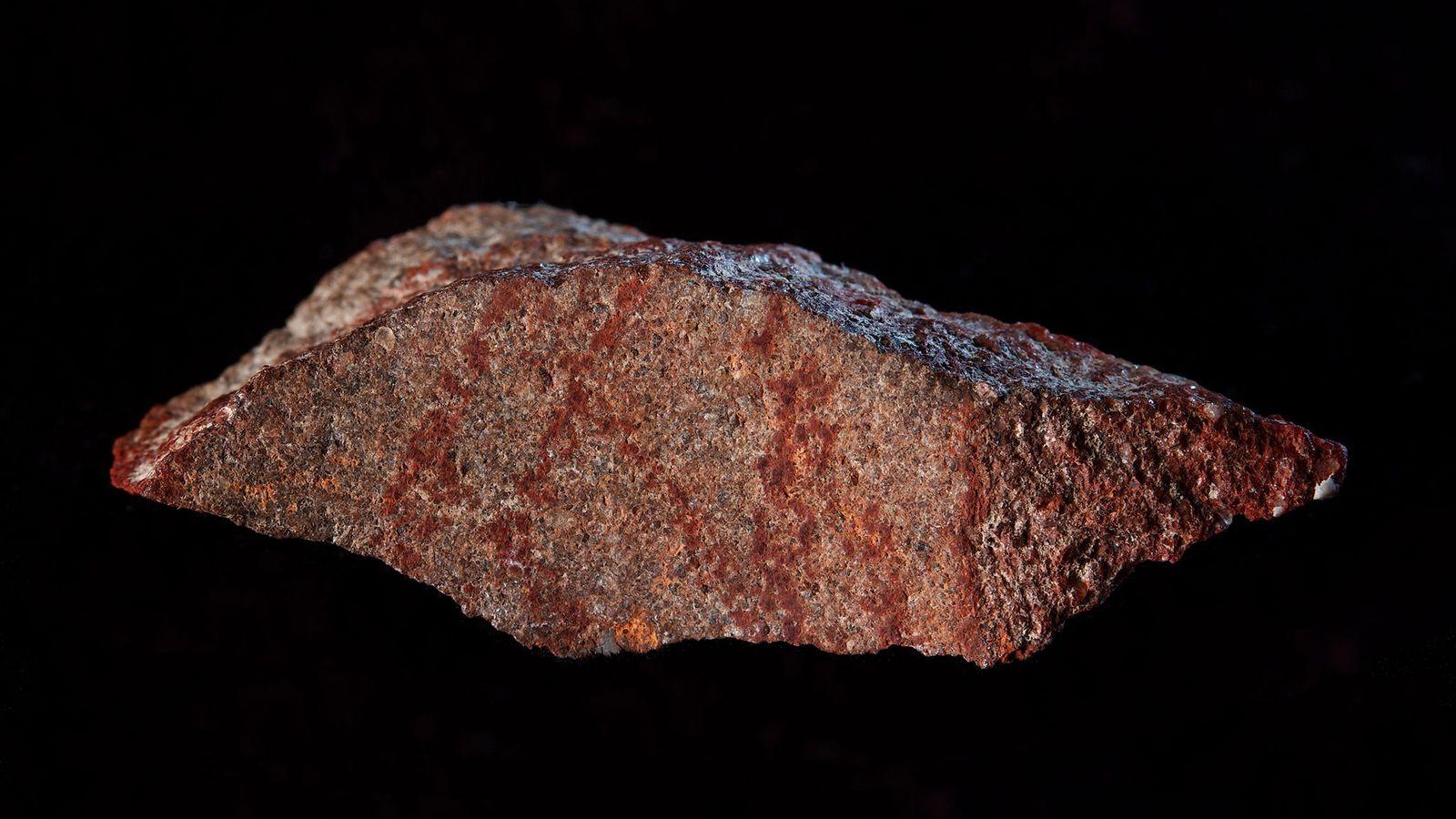 Esta lasca de rocha marcada de ocre foi descoberta na Caverna Blombos, na África do Sul.