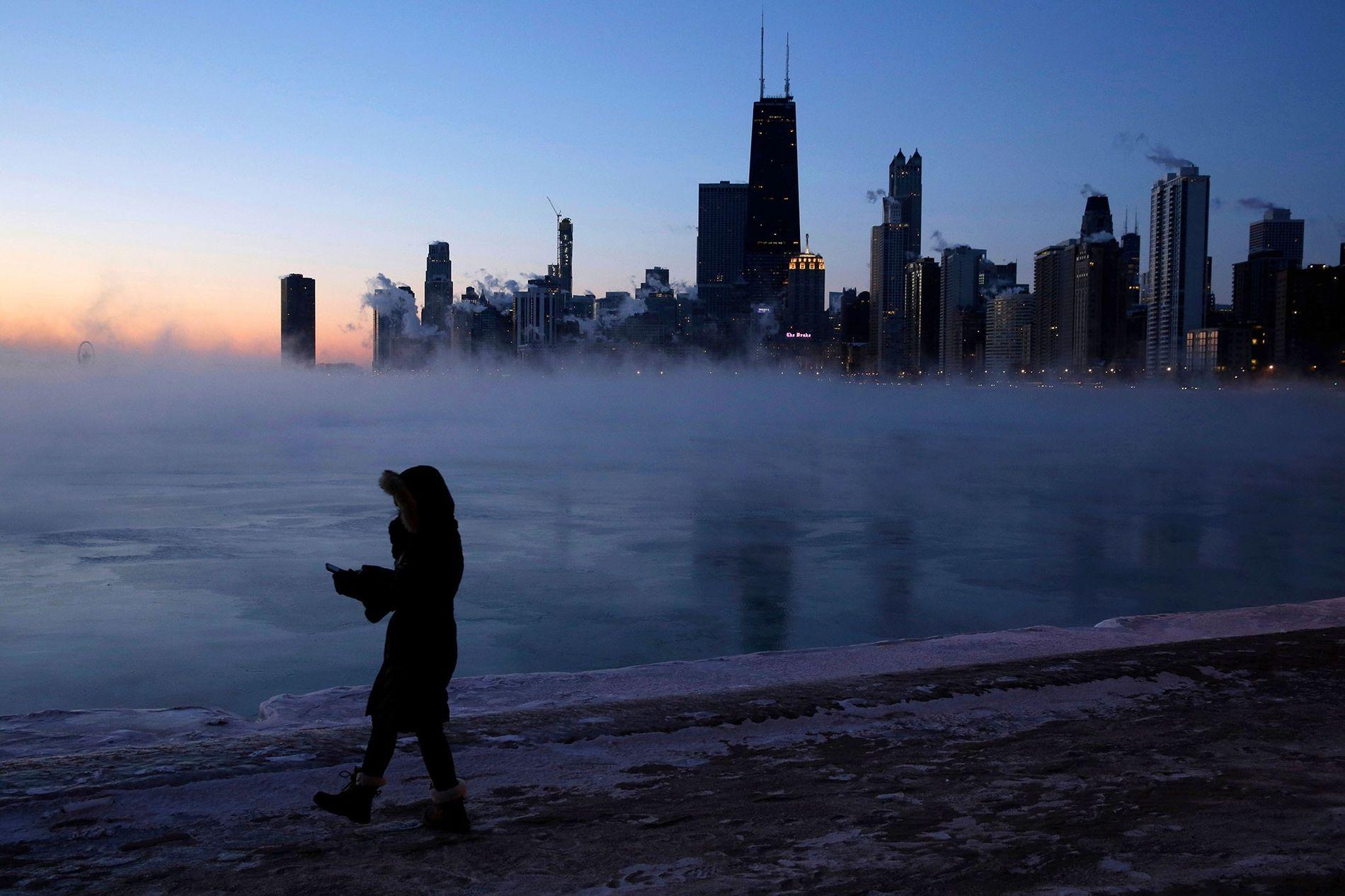 Uma pessoa anda na margem do lago de Chicago na quarta-feira, onde o ar do Ártico ...