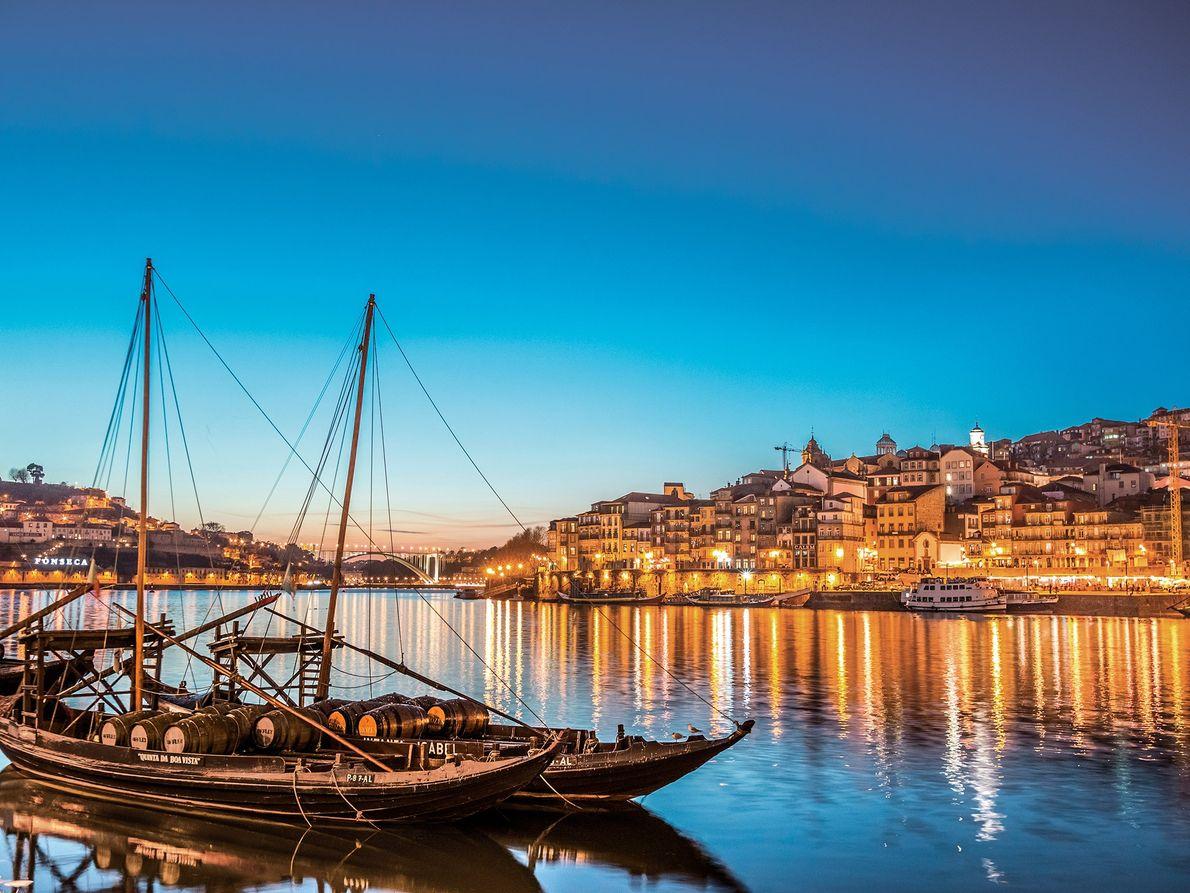 Porto, com suas seis pontes sob o Rio Douro e infinitos barris de vinho do porto, ...