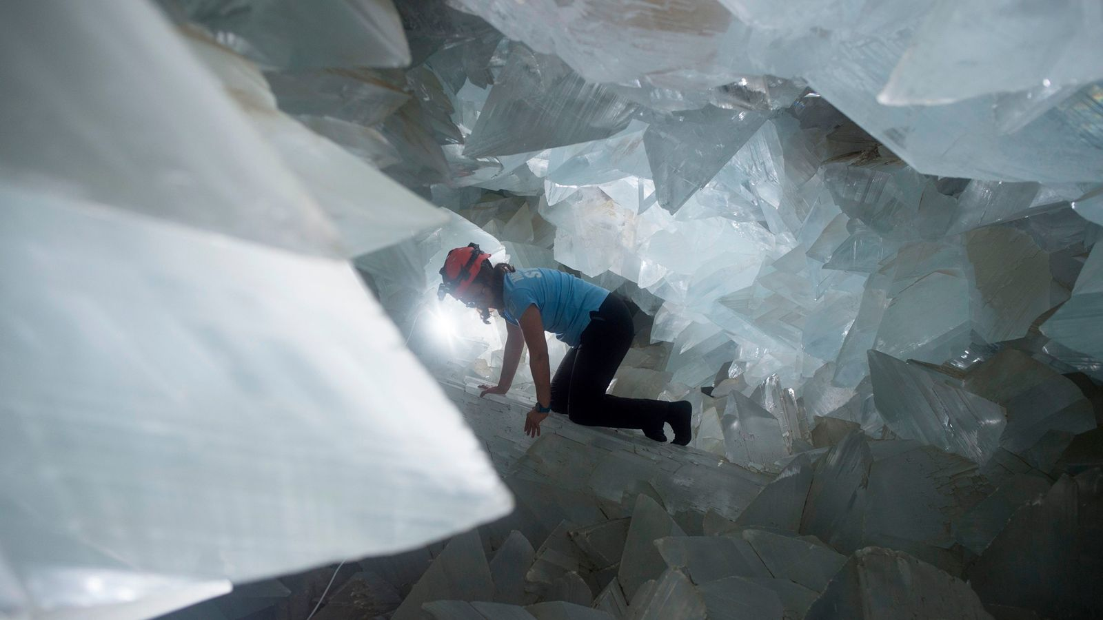 O geólogo Milagros Carretero em manobra pelo gigantesco Geodo de Pulpí, na Espanha, em agosto de ...