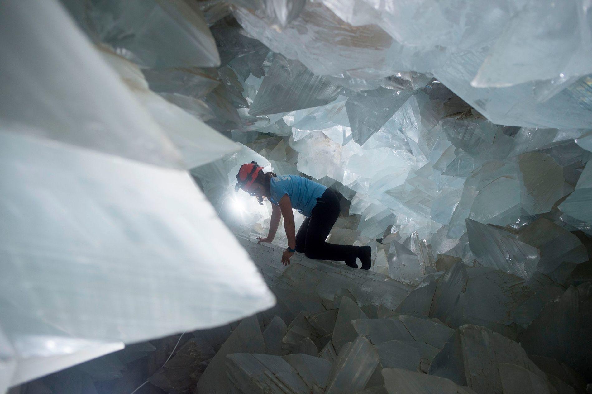 O geólogo Milagros Carretero em manobra pelo gigantesco Geodo de Pulpí, na Espanha, em agosto de 2019.