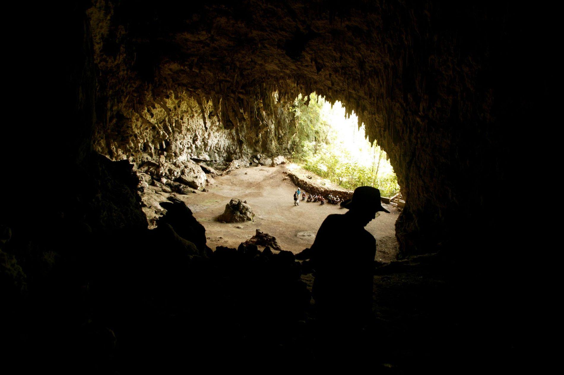 O arqueólogo Douglas Hobbs examina a caverna em Liang Bua, onde os restos mortais do 'hobbit' foram descobertos.