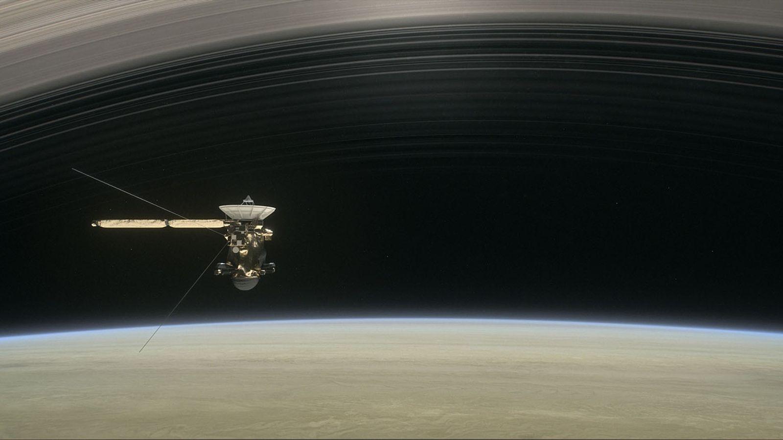 Na ilustração, a espaçonave Cassini navega entre Saturno e seus anéis em sua última missão.