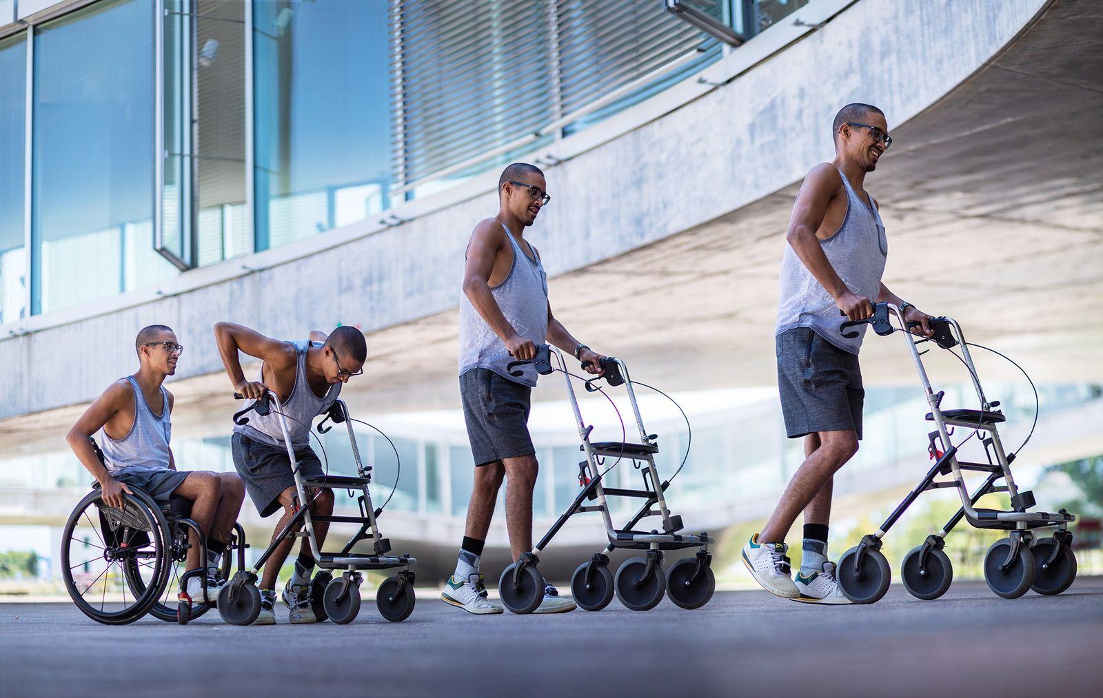 A composição fotográfica ilustra a transição do paciente David Mzee da cadeira de rodas ao andador ...