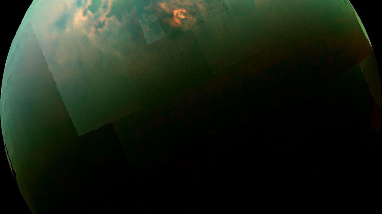 Este mosaico colorido de quase-infravermelho obtido pela sonda Cassini da Nasa mostra a luz do sol ...