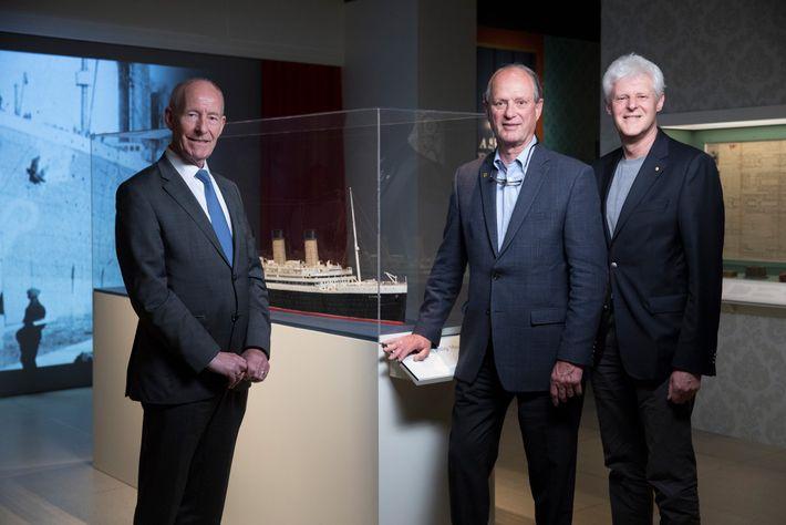 Robert Ballard (centro) encontra Conal Harvey (esquerda) e Kevin Fewster (direita) durante o lançamento de nova ...
