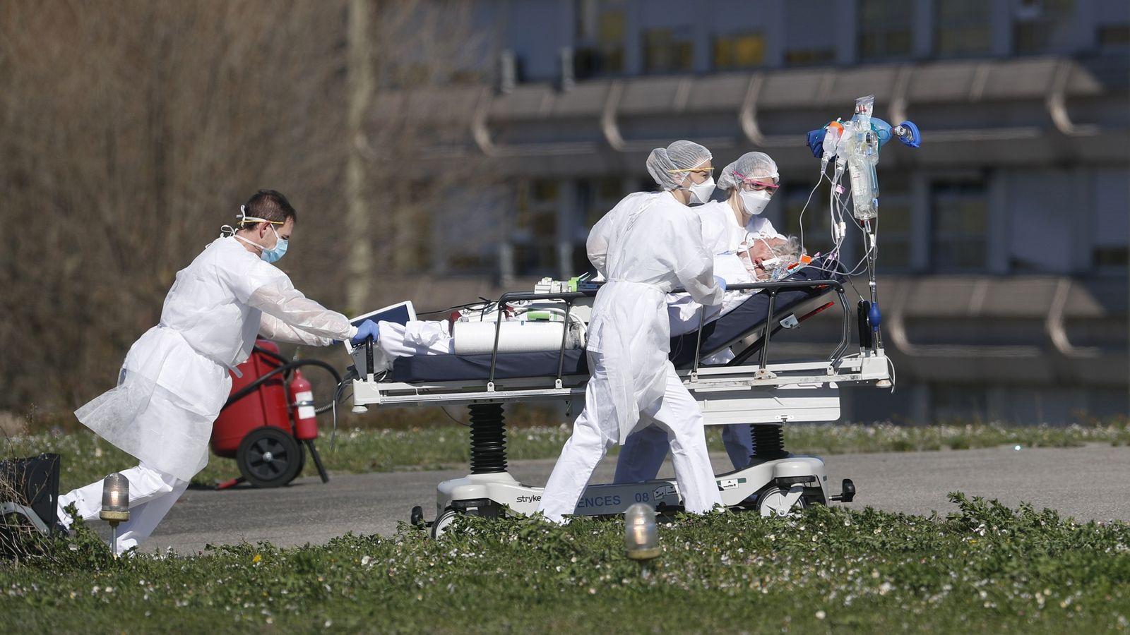 Paciente com Covid-19 é transferido do hospital civil de Mulhouse, no leste da França, na segunda-feira, ...