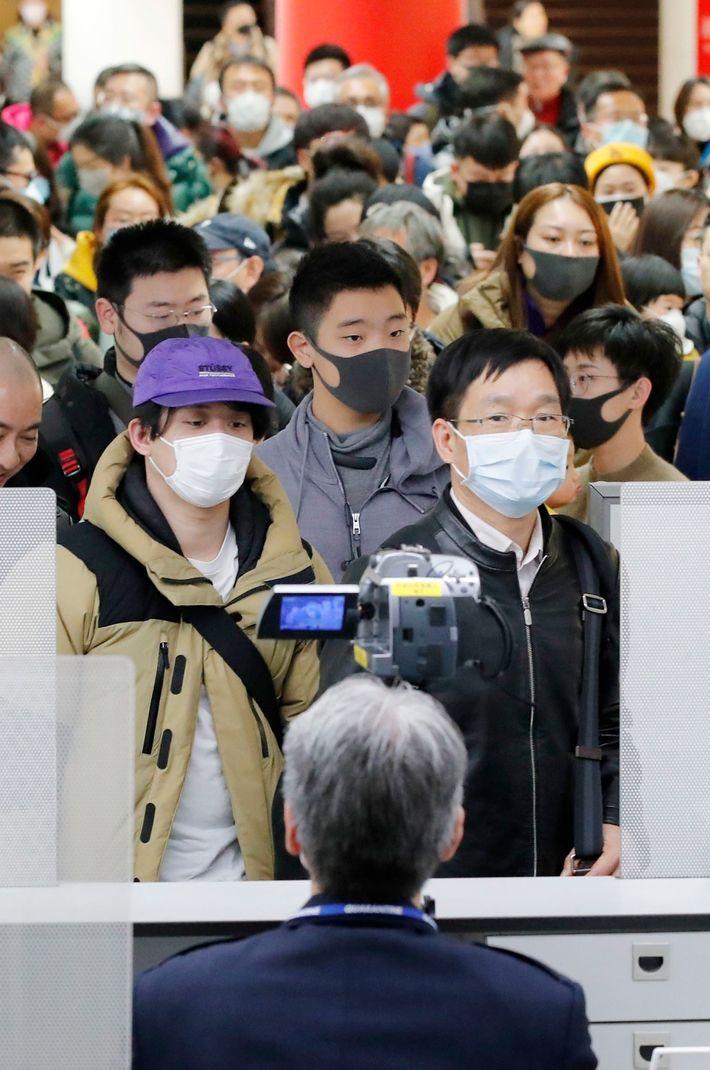 Passageiros que voaram da cidade chinesa de Wuhan, epicentro de um novo coronavírus causador de pneumonia, ...