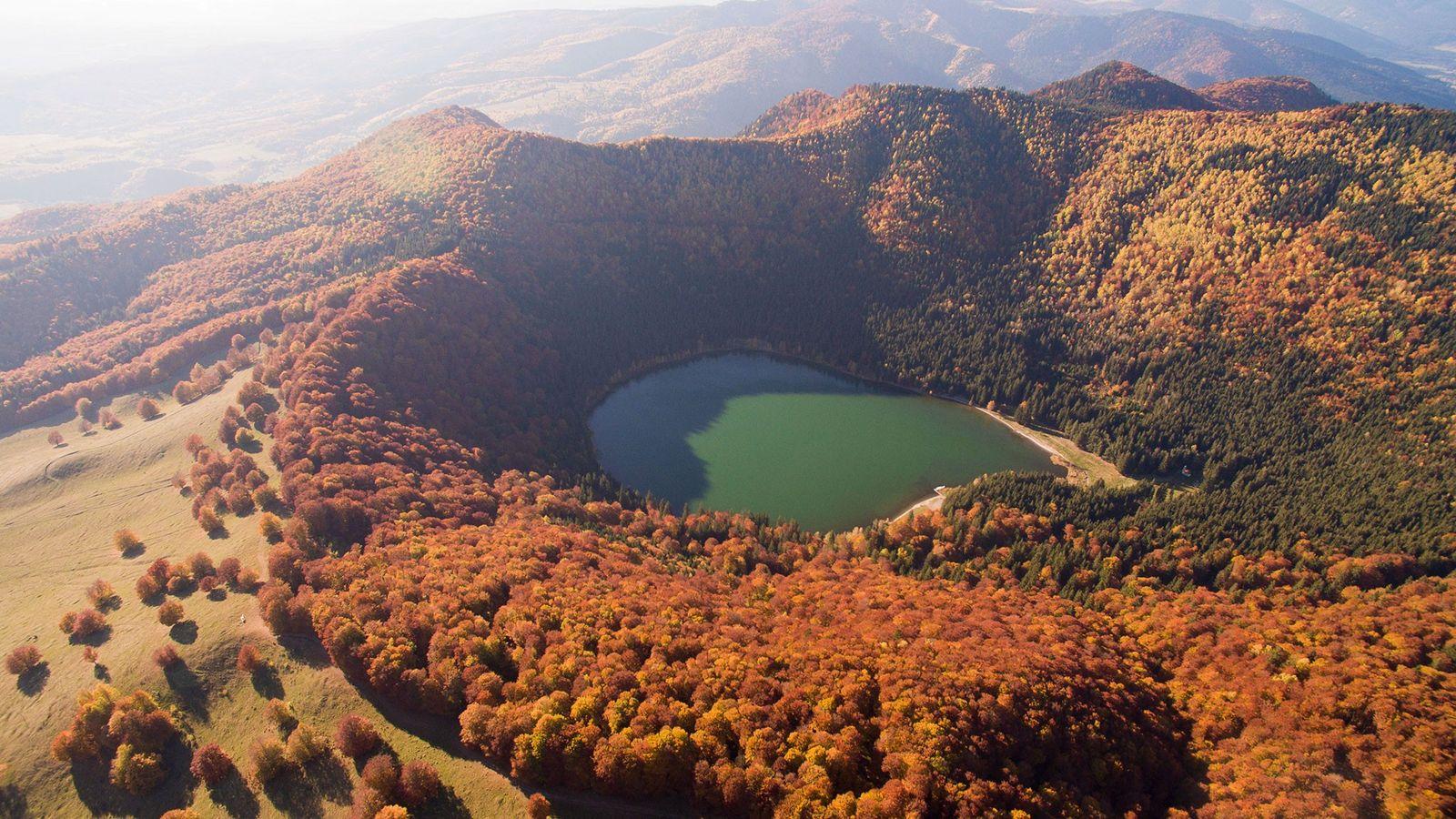 O lago Sfânta Ana está situado em uma cratera do vulcão Ciomadul, na Romênia, que explodiu ...